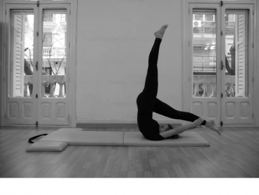 Chica haciendo Pilates suelo