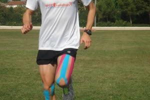 Atleta con kinesiotaping en muslo